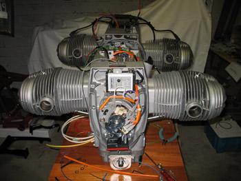 Remarquez l'entretoise avec le filtre à huile devant, le moteur étant incliné dans le cadre, le filtre d'origine n'est plus accessible.